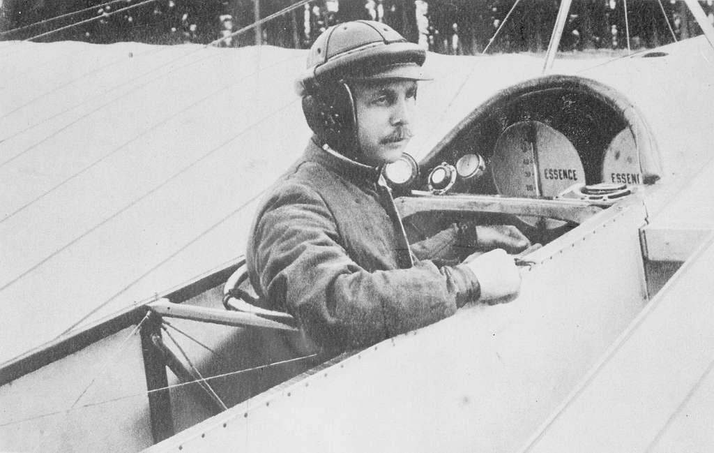 Porträtt. Löjtnant Carl Silow sitter i flygplan Blériot XI vid Carl Cederströms flygskola på Malmen, 1912.