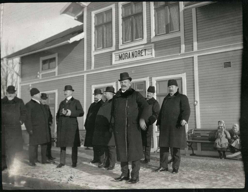 Ekonomikommissionen på stationen i Mora Noret.