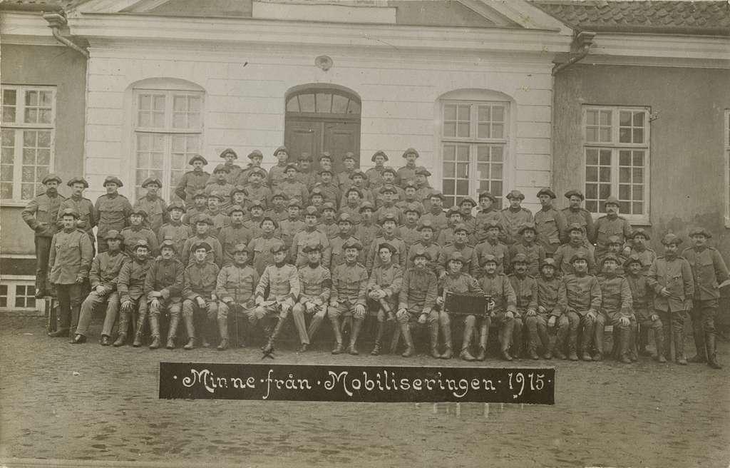 Gruppbild med soldater från Södra skånska infanteriregementet I 25 framför en byggnad.