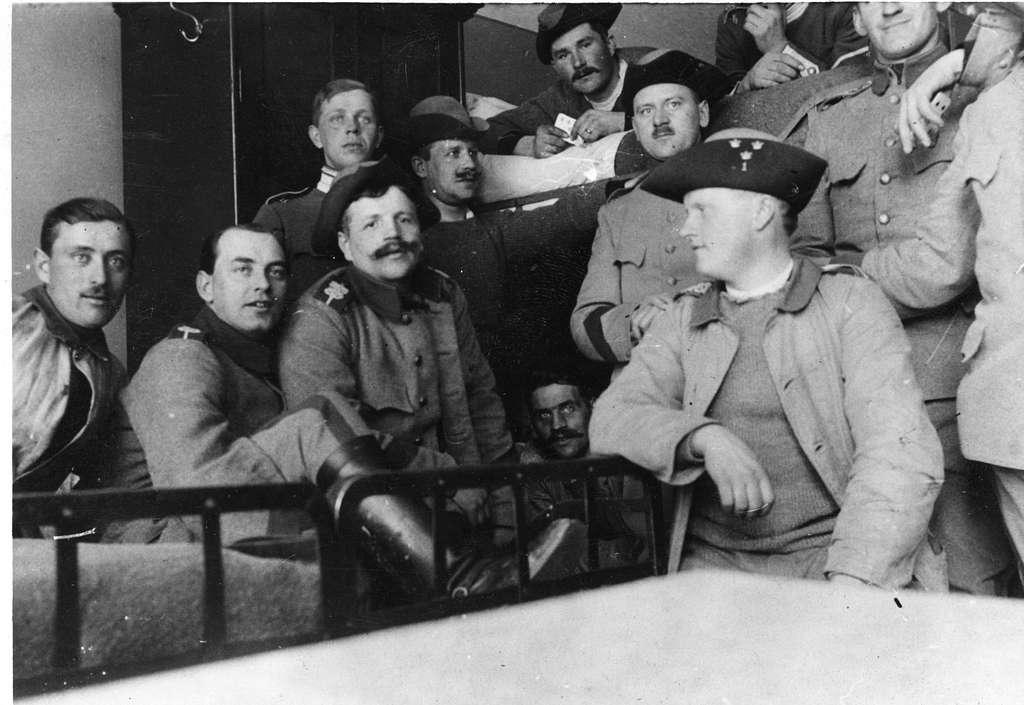 Gruppfoto på logement, från C. A. Strandmans tid vid Livskvadronen, Livgardet till häst K 1, år 1915.