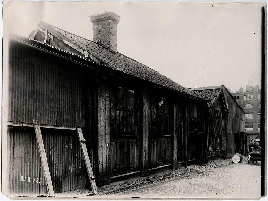 Gamla kåken vid Bryggargatan 1916, på vänstra sidan om järnvägen.