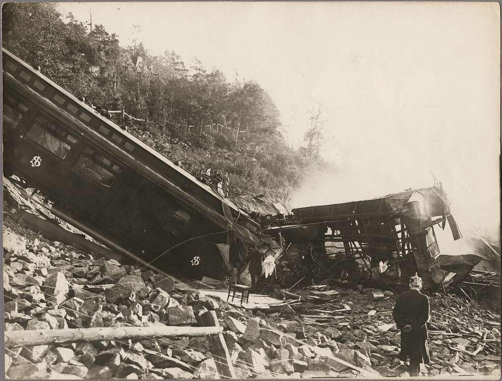 Polisman på olycksplatsen för raset i Getå den 1 okotober 1918 med tidstypisk pickelhuva. Statens Järnvägar, SJ ABo3 2466 ligger i slänten.