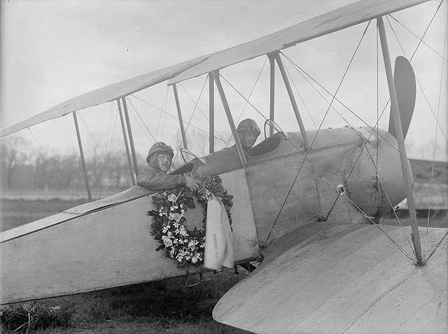 Två flygare med begravningskrans sitter i flygplan Thulin E.