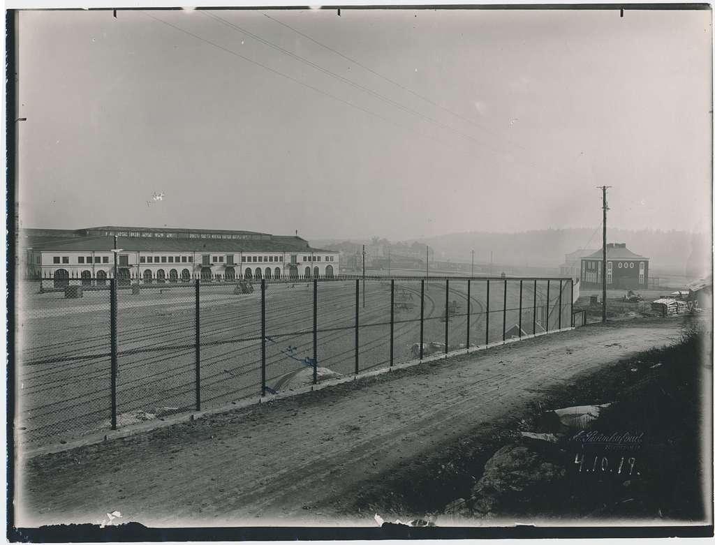Värtan. Frihamnen. Statens Järnvägar, SJ. Banan öppnades 1882.  Provelektrifiering genomfördes1905 men den lades ner. 1940 elektrifierades banan slutgitligt.