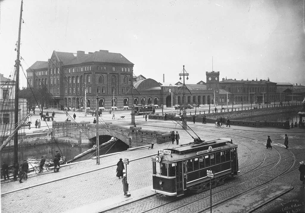 Malmö Central invigdes 1856.Stationen låg då i stadens utkant nära färjorna till Köpenhamn som gick från Inre hamnen alldeles framför stationsbyggnaden.