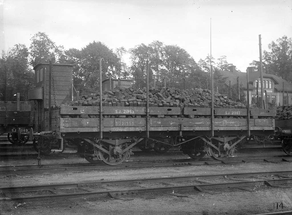 Statens Järnvägar, SJ N3 21953 lastad med kolbriketter.