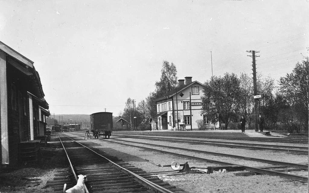 Stationen togs i bruk 1877 . 17 Km från Ockelbo ,43 Km från Bollnäs.