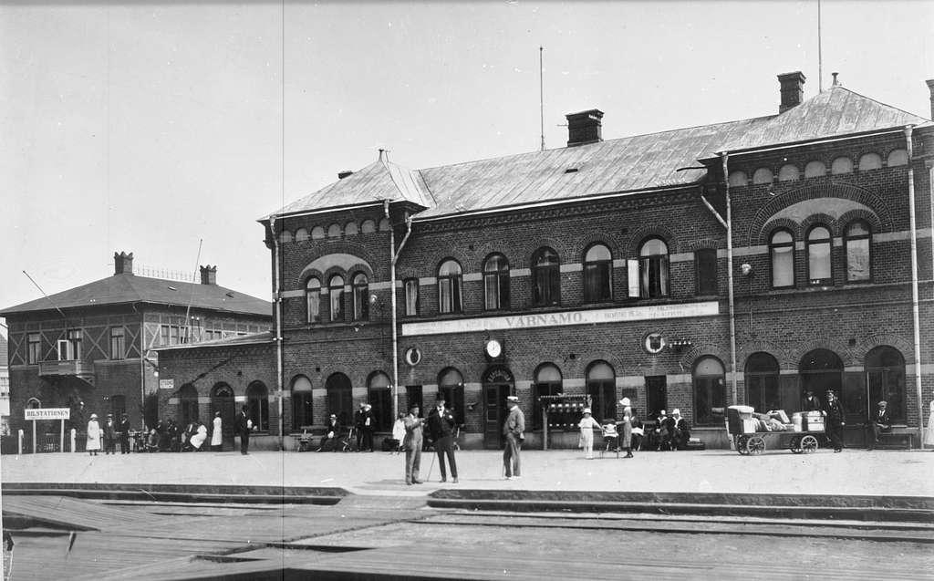 Stadens första stationshus byggdes mellan 1877- 1899. Huset revs 1995. En omfattande ombyggnad och utvidgning an bangård  gjordes i slutet av 1940-talet.