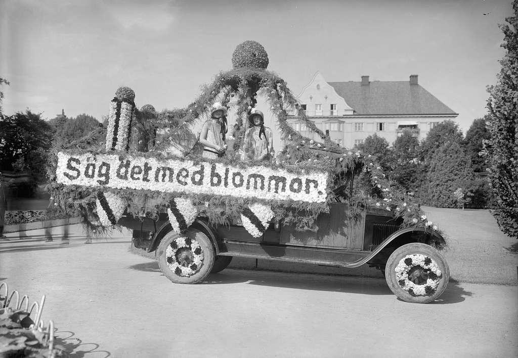 Motiv från firandet av Barnens Dag i Linköping 1927. Bilden visar kortegens färd genom Trädgårdsföreningen.