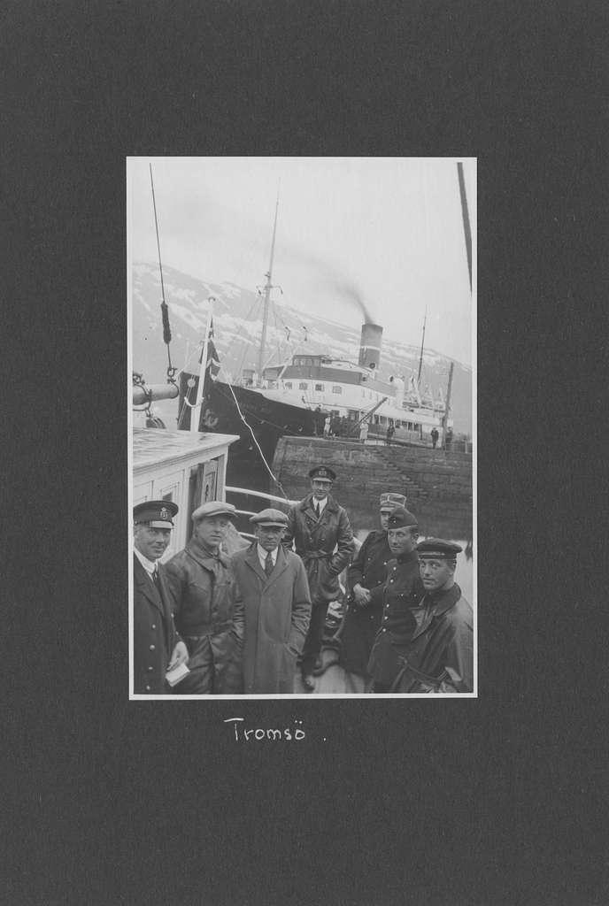 Svenska Spetsbergsexpeditionen 1928, band 1.    Band 1 av 5 dokumentationsalbum från svenska Spetsbergsexpeditionen år 1928, där Umberto Nobile och besättningen på luftskeppet Italia räddades.  49 fotografier monterade på 27 albumblad.    Motiv: Resa Narvik - Tromsö - Kings Bay / Ny-Ålesund - Virgo hamn.  Personer, fartyg, natur, omgivningar, mm.