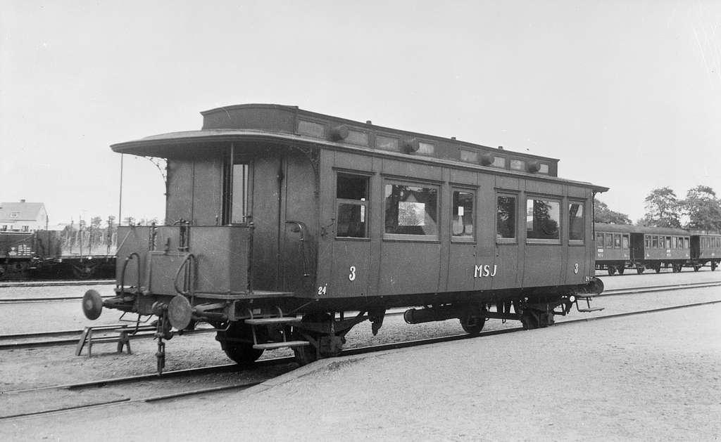 Bjärsjölagårds station. Gammal  tvåaxlig  personvagn, MSJ 24, tillhörandes Malmö - Simrishamns Järnväg. Vagnen var ursprungligen en förstaklassvagn och blev senare en tredjeklassvagn.  I bakgrunden syns andra person-och godsvagnar.