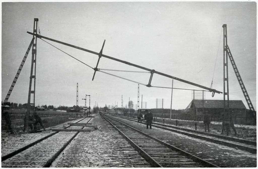 Montering av ledningsbrygga. På linjen mellan Hallsberg - Örebro.