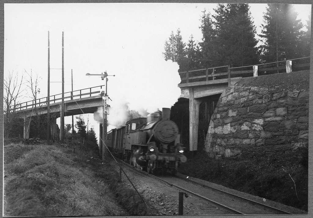 Persontåg vid Hindås viadukt. Göteborg - Borås Järnvägar, GBJ S 22. Loket tillverkades 1918 av Falun.