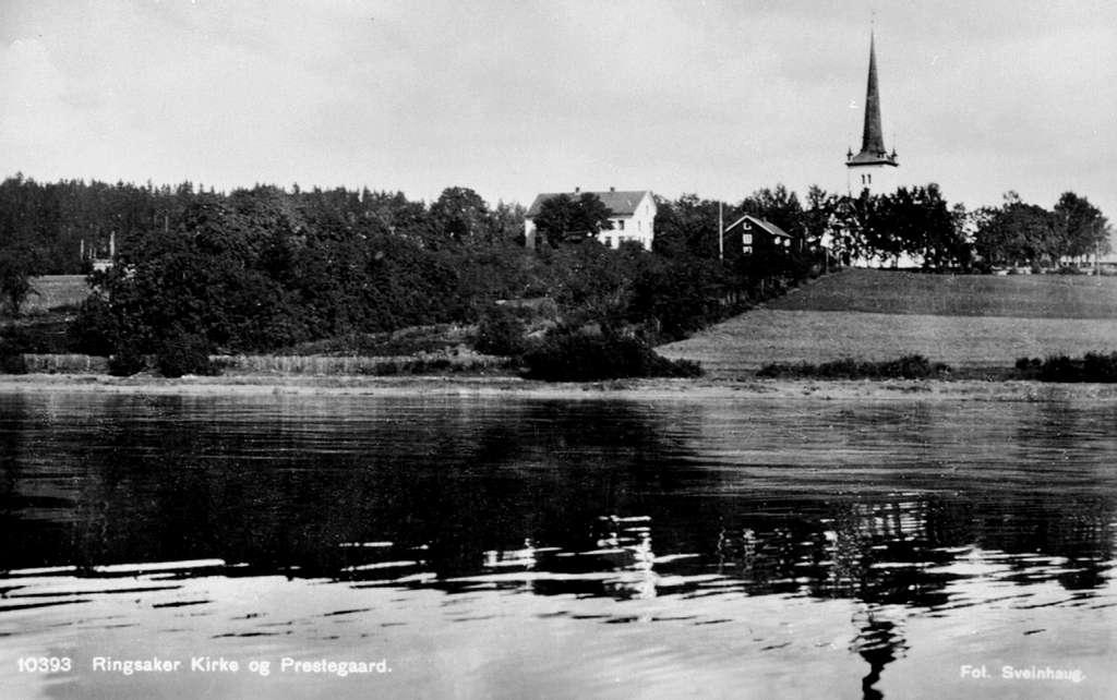 Ringsaker kirke og prestegård. Tatt fra båt på Mjøsa.