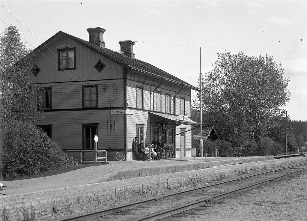 Station anlagd 1879. Stationshuset, tvåvånings i trä, moderniserades 1944