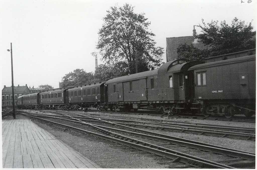 Tåg 18 passerar Lund.Lund med passerande snälltåg 18 troligen draget av Statens Järnvägar, SJ F-lok. Sammansättning är DF01 (1360?), DRG Pw4ü 28a med swanenhalsdrehgestell, B04 med kupéer för 1-klassresenärer, B05 (en av 2677-79), C08, restaurangvagn AB03 och fler 3 klassvagnar.Foto kring 1930 då eldriften kom 1933 och KL togs bort fr.o.m. 1932.TT