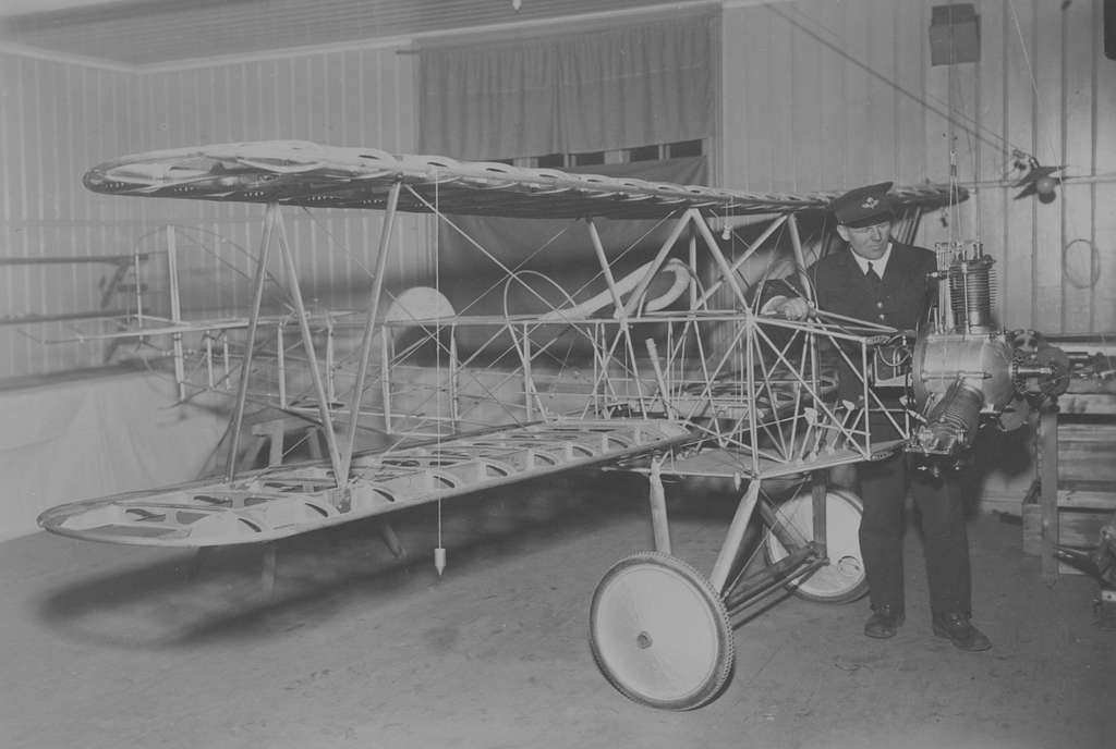 Flygplansbygge. Stommen till civilflygplanet Holmberg Racer har satts ihop i en verkstad. Flygplanstillverkaren George Holmberg står vid ena flygplansvingen.