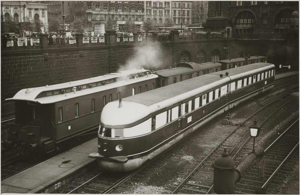 """Deutsche Reichsbahn, DR SVT 877 """"Fliegender Hamburger""""."""