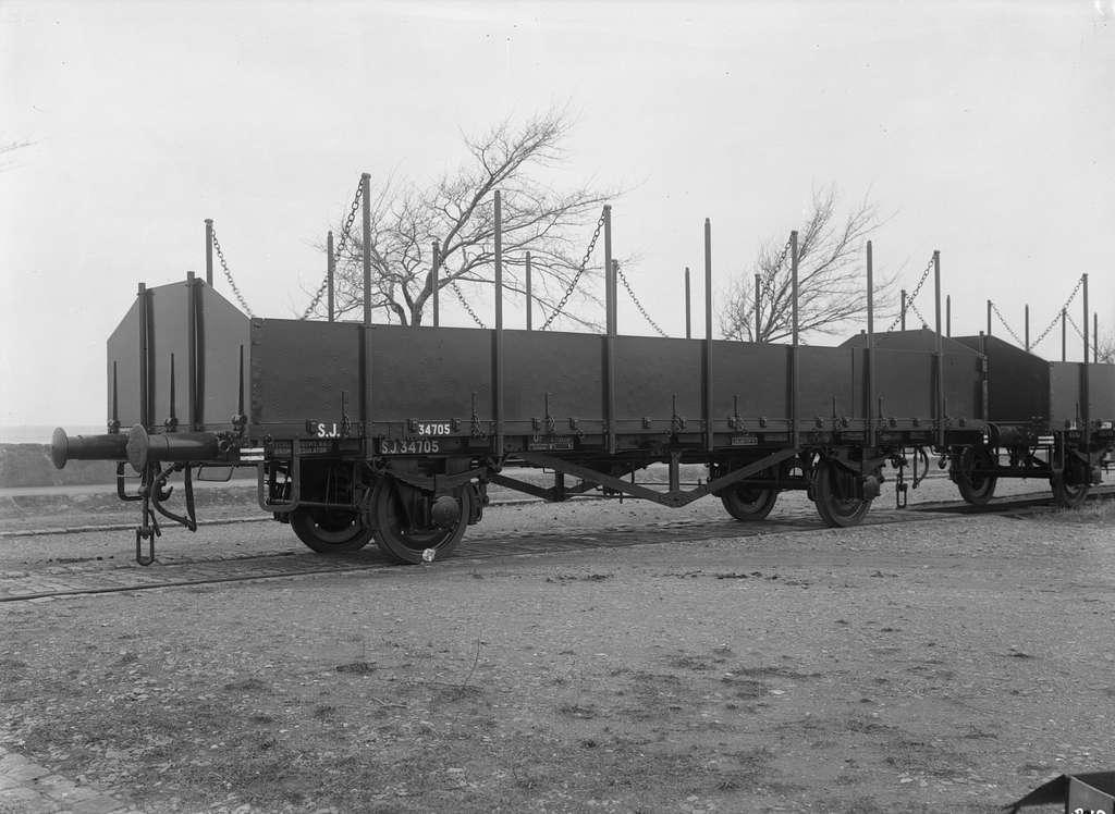 Statens Järnvägar, SJ Or 34705. Stolpvagn med lämmar fästa med kätting. Kockums Mekaniska Verkstads AB