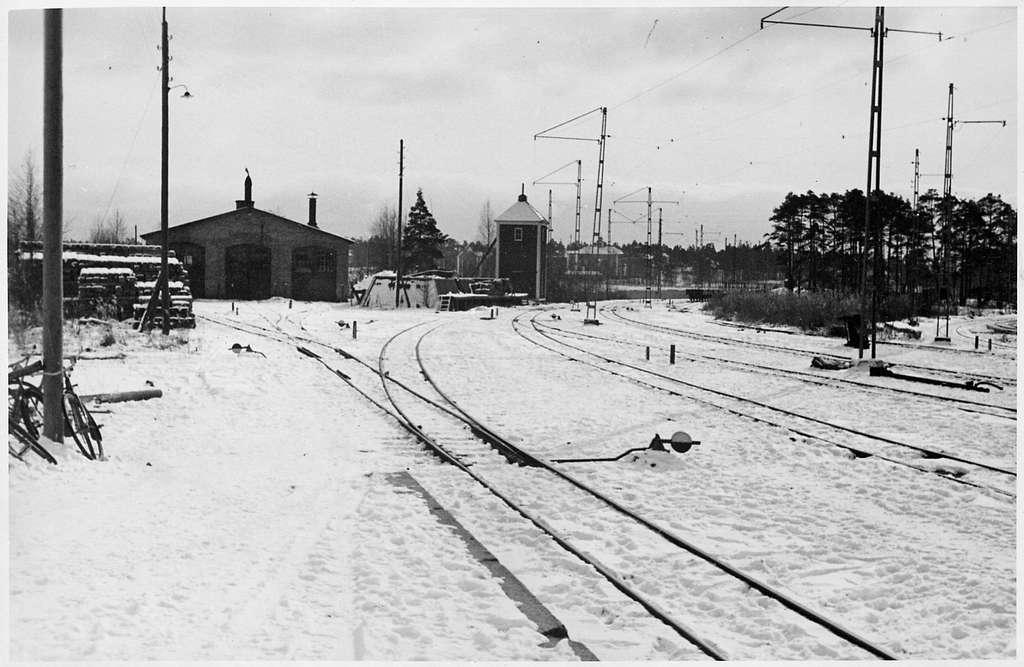Lokstallet och vattentornet vid Skoghall station.