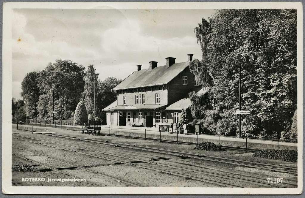 Rotebro station sedd från spår sidan.