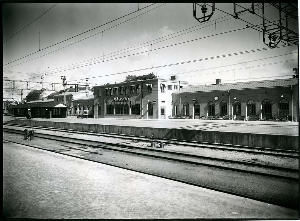 Näsjö station från tågsidan. På kopior av bilden anges år 1936 respektive 1937.