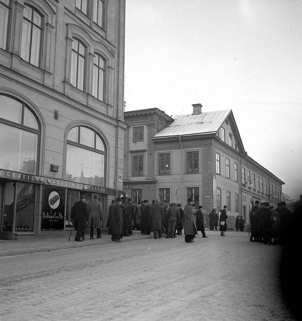 Hindersmässan i Örebro den 26 januari 1937. Folk promenerar utanför Stora Hotellet strax intill korsningen mellan Drottninggatan och Engelbrektsgatan. Fenixhuset är synligt i bakgrunden.