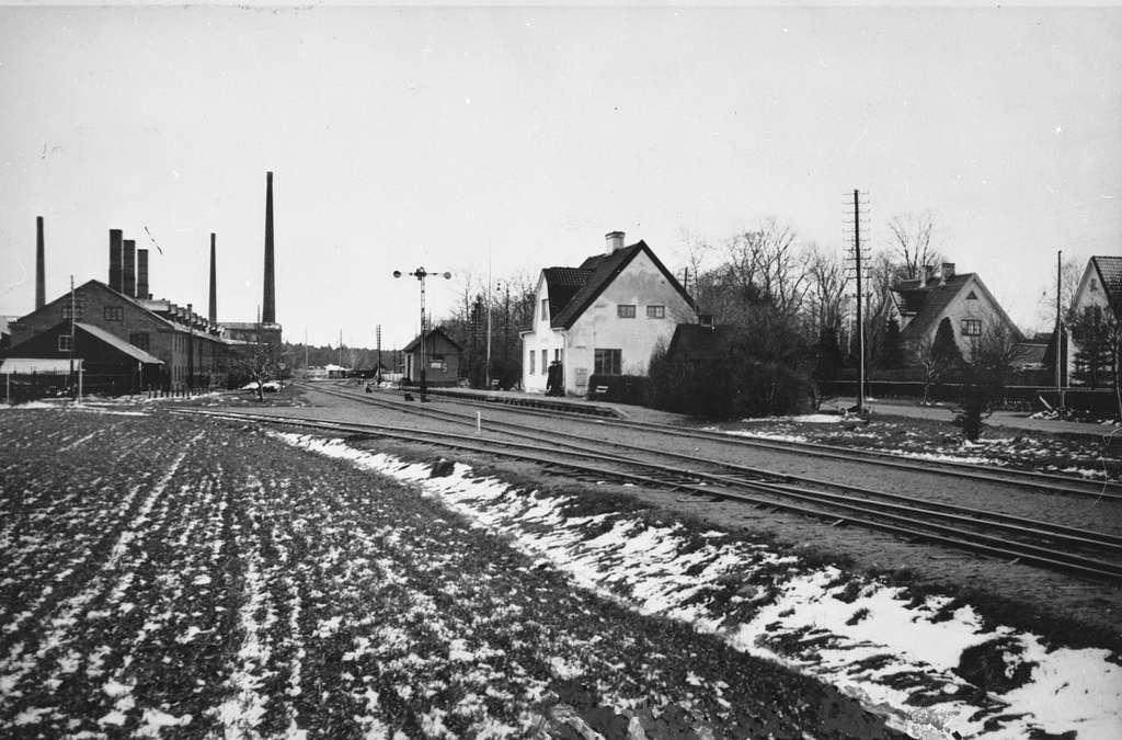 Ekebybruk järnvägsstation uppfördes 1912 av Uppsala - Enköpings Järnvägar. Den var belägen alldeles intill tegel- och keramikbruket Ekeby Bruk, som syns till vänster. Järnvägen anslöt här till Ekeby Bruks industrispår.