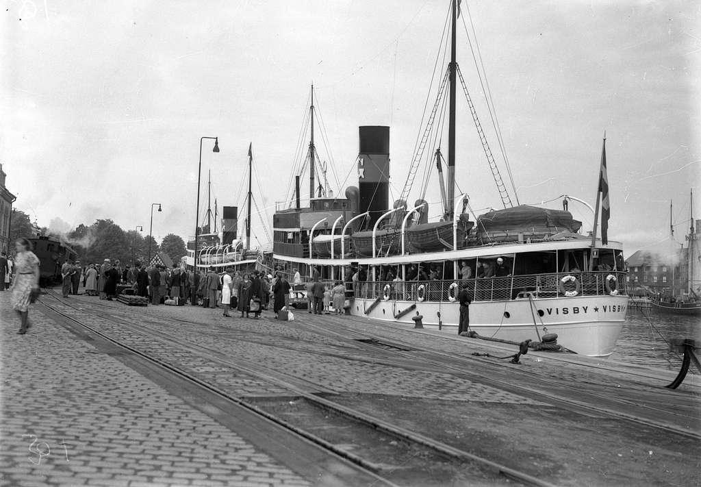 Gotlands Järnväg, GJ. Tåg i hamnen. Ångaren Visby vid kaj.