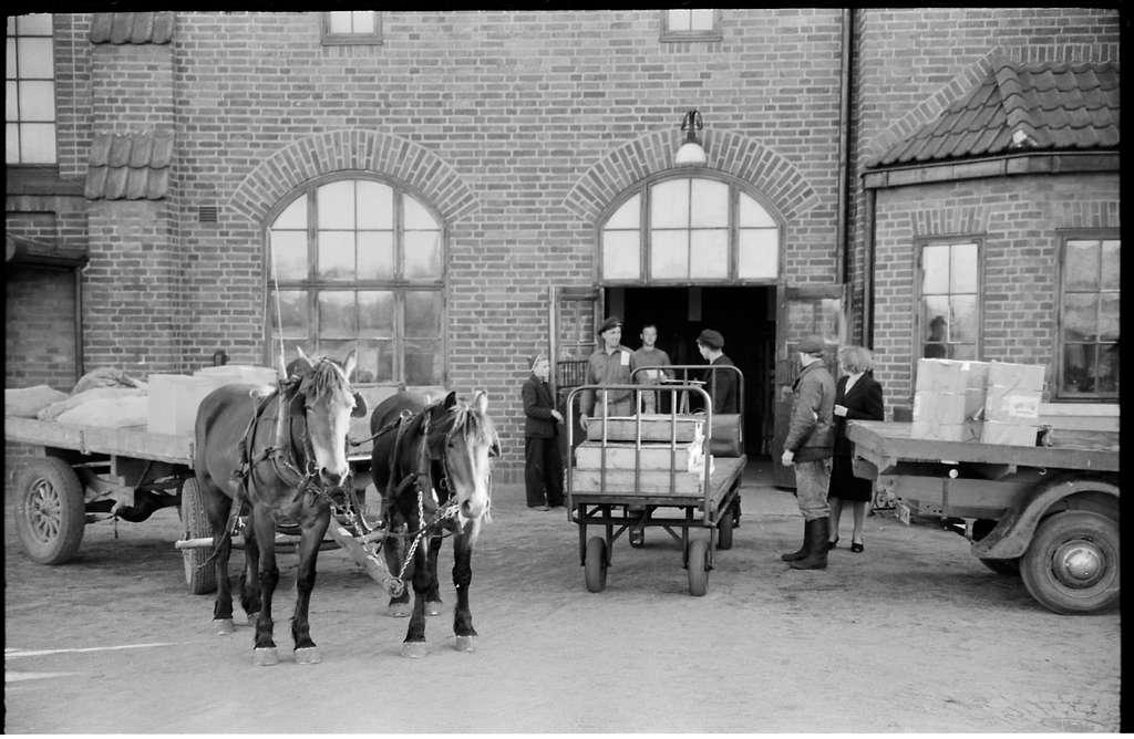 Hästtransport utanför stationshus.