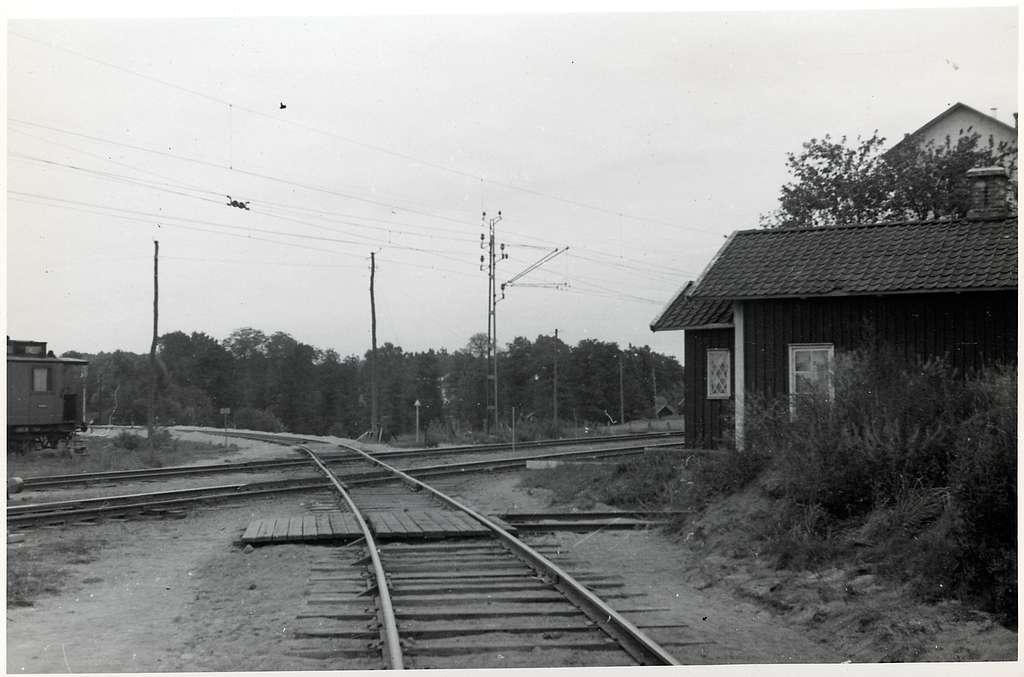 Korsningen mellan Älvsborgsbanan och Västra stambanan, vid Herrljunga station. Här på Älvsborgsbanan i riktning mot Uddevalla.