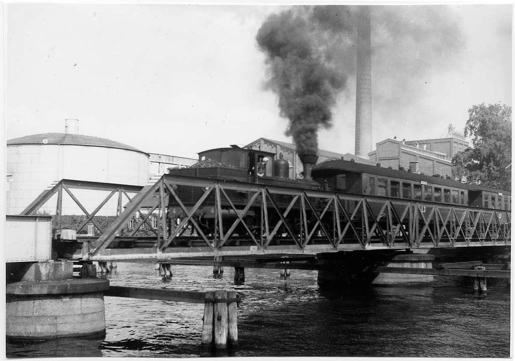 """Lidköping-Håkantorps Järnväg HLJ Lok 4 """"Magnus Gabriel de la Gardie"""" passerar bron över Tidan i Linköping."""