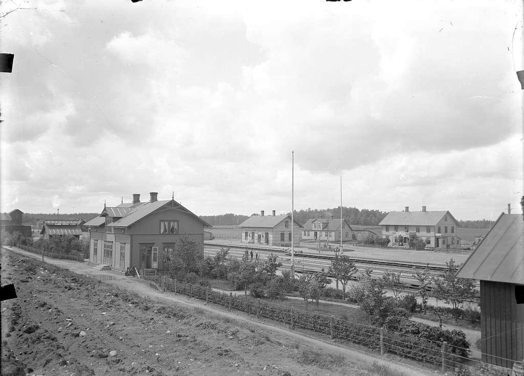 Markaryds båda stationshus. Till vänster Hässleholm - Markaryds, HMJ, stationshus. Till höger Skåne - Smålands Järnvägs, SSJ, stationshus Markaryd Västra.