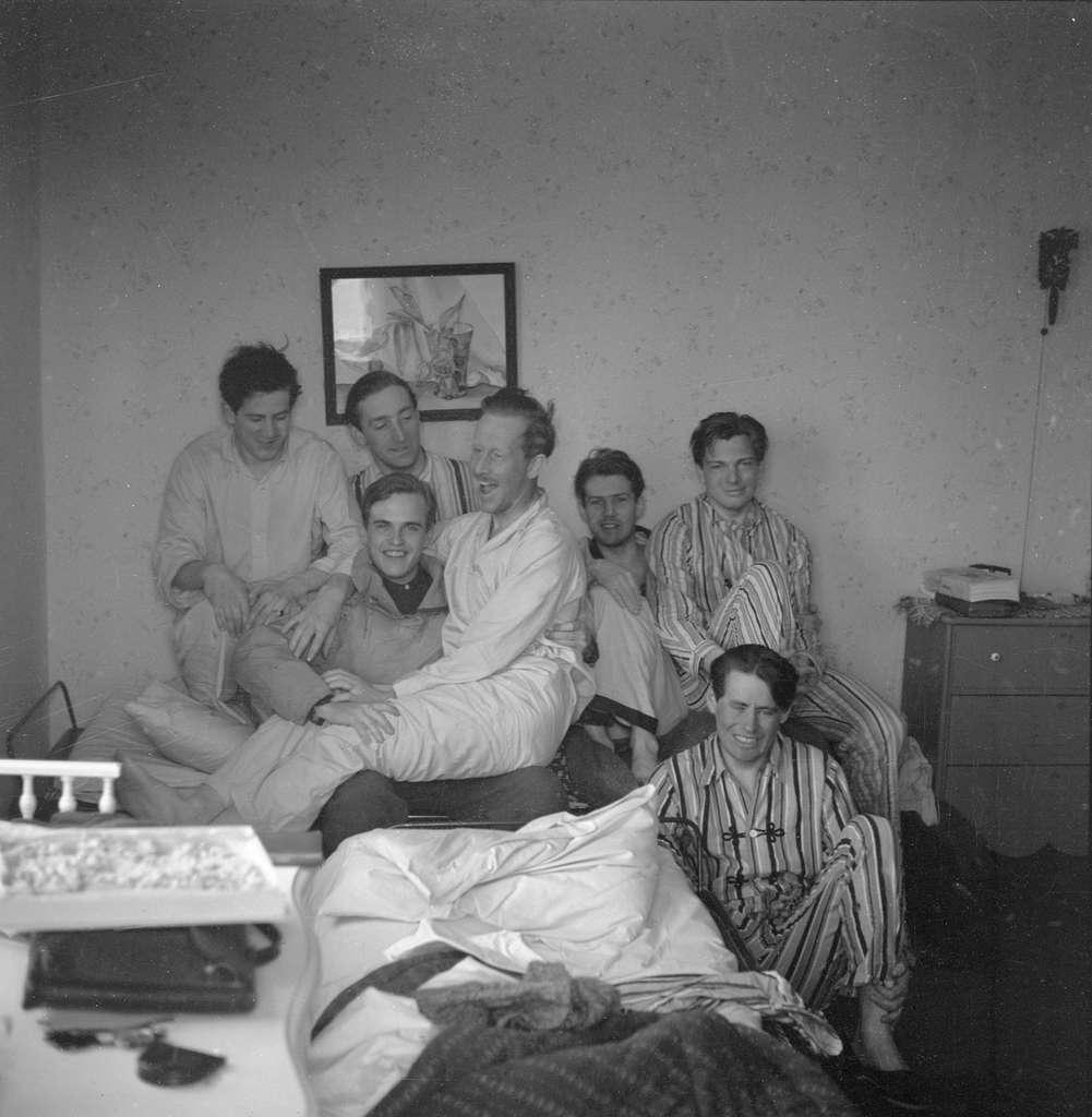 Militärer på förläggning vid Svenska frivilligkåren i Finland, F 19. Iklädda pyjamas vid en säng.