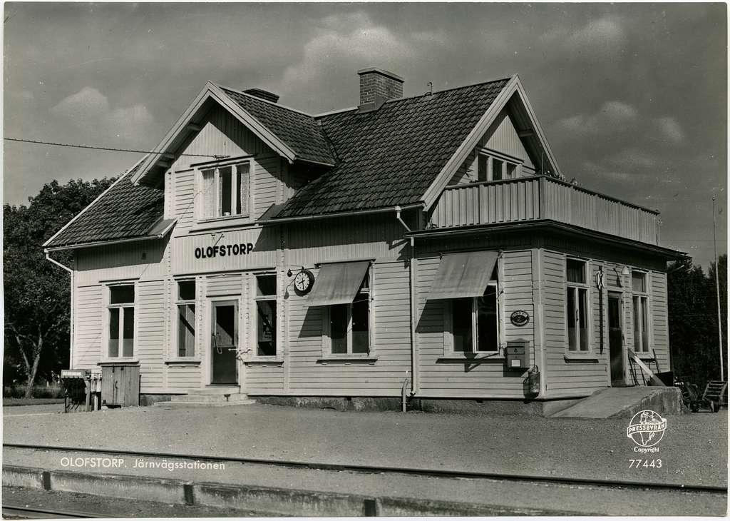 Öppnad 1900.  Stationshus i en och en halv våning i trä. Nedlagd 1967. Det finns i dag ett hembygdsmuseeum i gamla stationsbyggnaden.