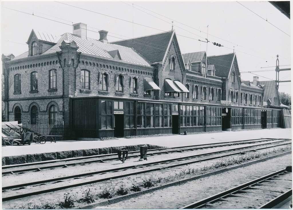 Varberg station omedelbart efter sista tillbyggnaden med splitterskydd t.h./ år 1940