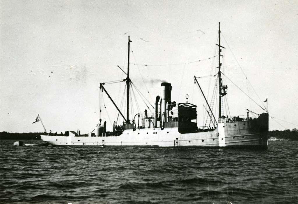 Bärgningsfartyget Belos (I). U-båten Ulven borta med 34 mans besättning. Bilden visar bärgningsfartyget Belos, beordrad till olycksplatsen den 16 april 1943, på Västkusten.