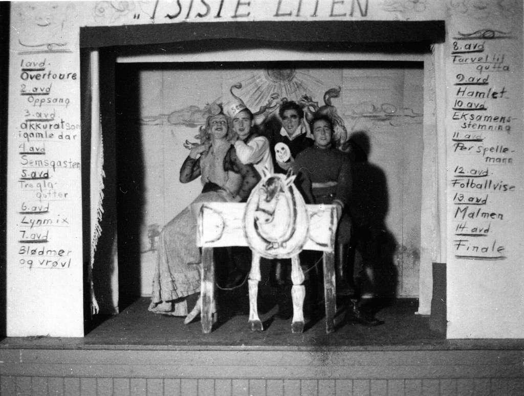 """Sem Småbrukerlærerskole, Øvre Sem i Asker. Studentrevy: """"I siste liten"""". Alf Prøysen, Ottar Korneliussen, Trygve Ask og Bjarne Sundfær synger """"Finale""""."""