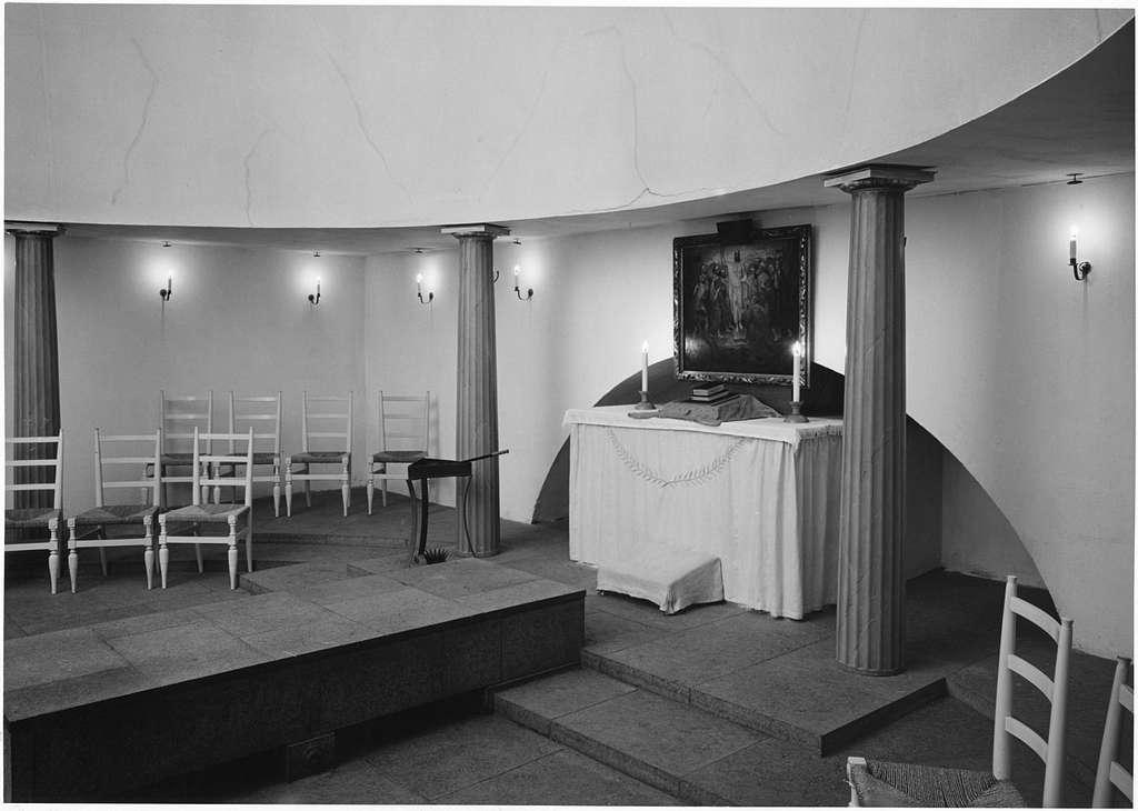Skogskapellet, SkogskyrkogårdenInteriör, altaret