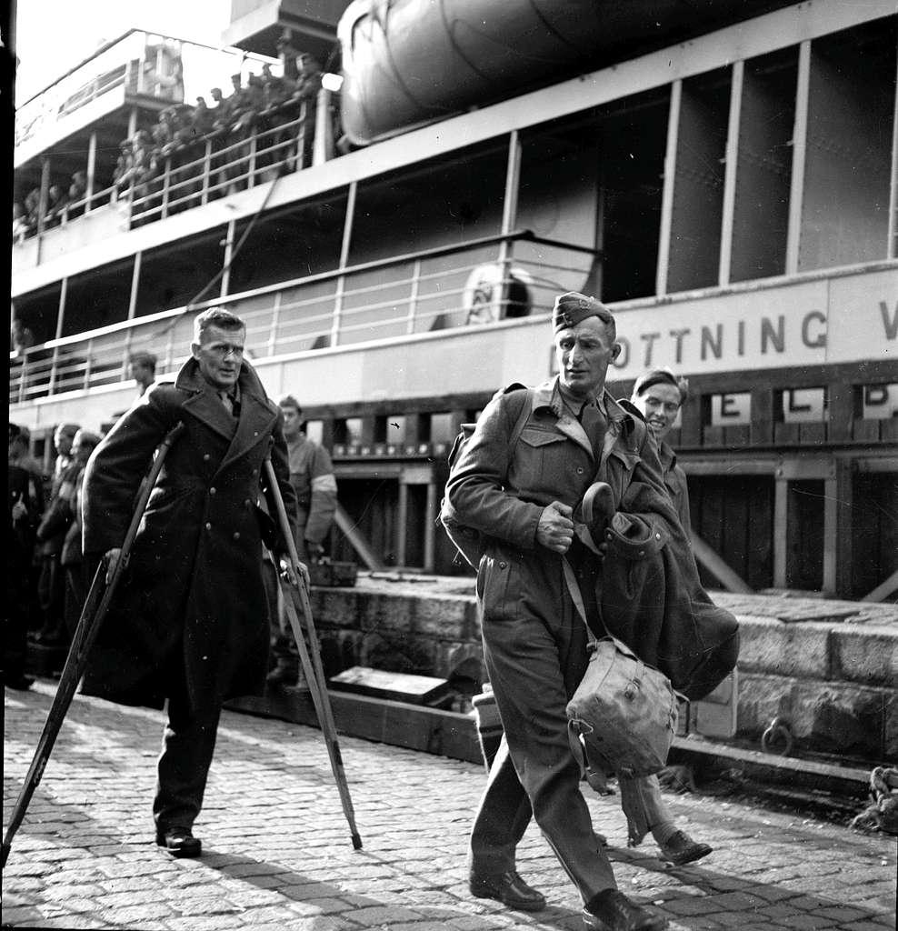 Krigsfångeutväxling i Trelleborg. Fartyget heter Drottning V.....En av männen har ett ben amputerat och går med kryckor.