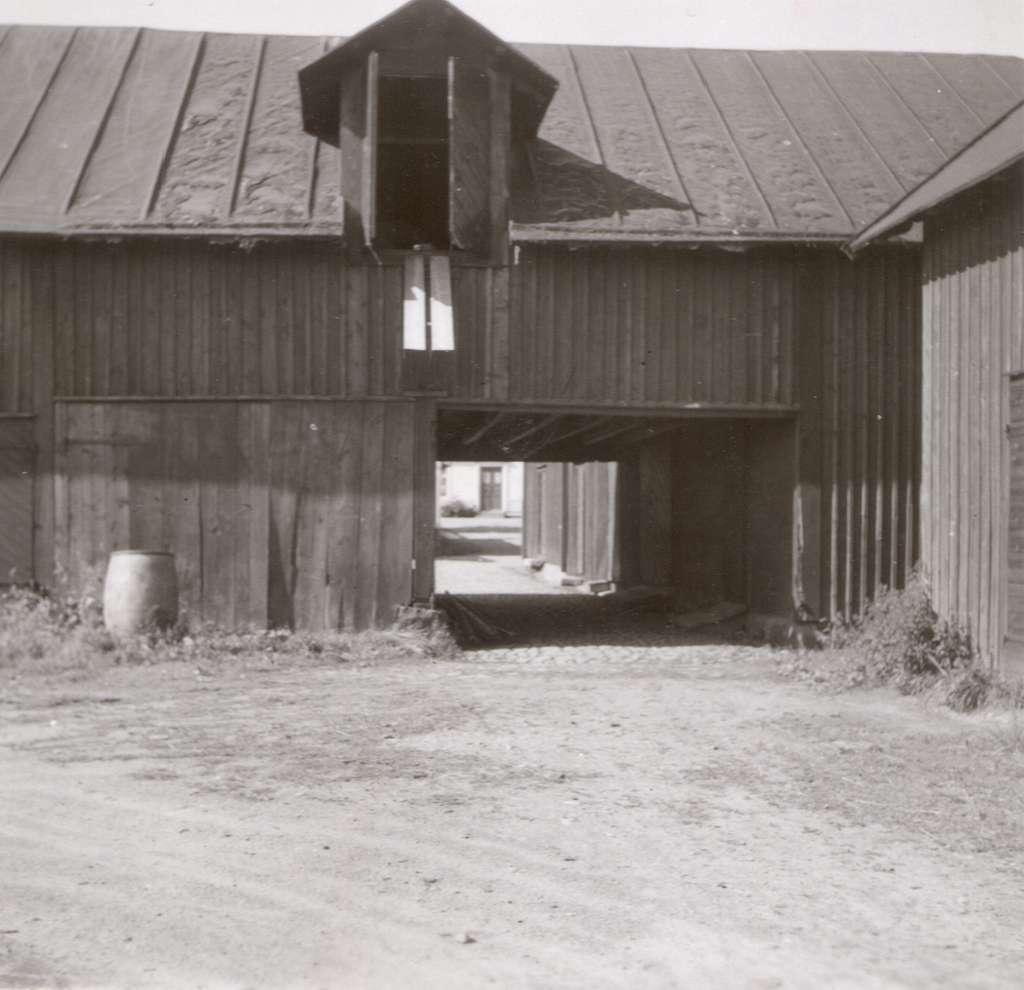 En ekonomibyggnad med gårdsmiljö ifrån Bergkvara.