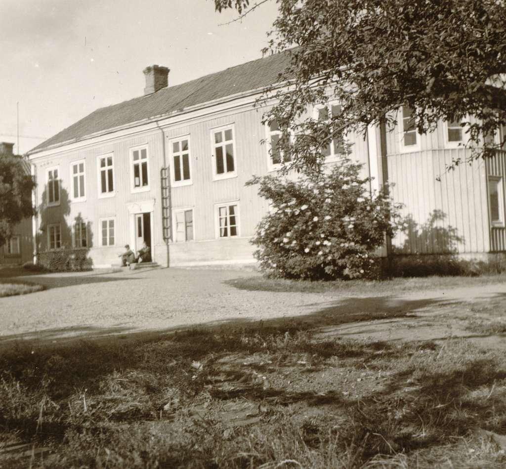 Ett bostadshus med trädgård.