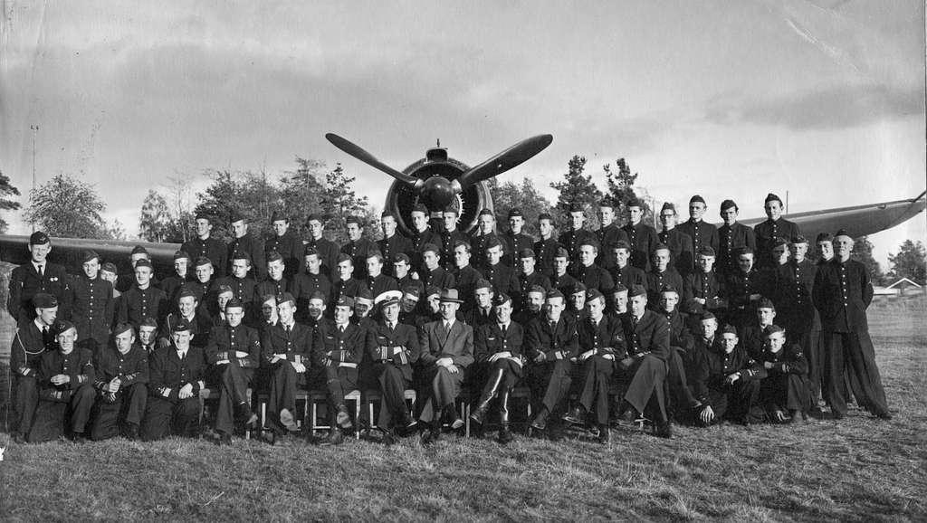 Grupporträtt. Personal vid Första divisionen på F 6 Karlsborg, framför flygplan B 17.