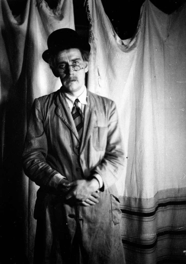 Sem Småbrukerlærerskole, Øvre Sem i Asker. Studentrevy. Alf Prøysen med hatt, frakk og briller, prøve.