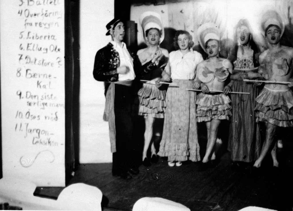 Sem Småbrukerlærerskole, Øvre Sem i Asker. Studentrevy. Fra venstre Karl Schmedling, Magnus Moi, Åse Stefferud Bråten, Arne Njå, Alf Prøysen og Svend Foyn.