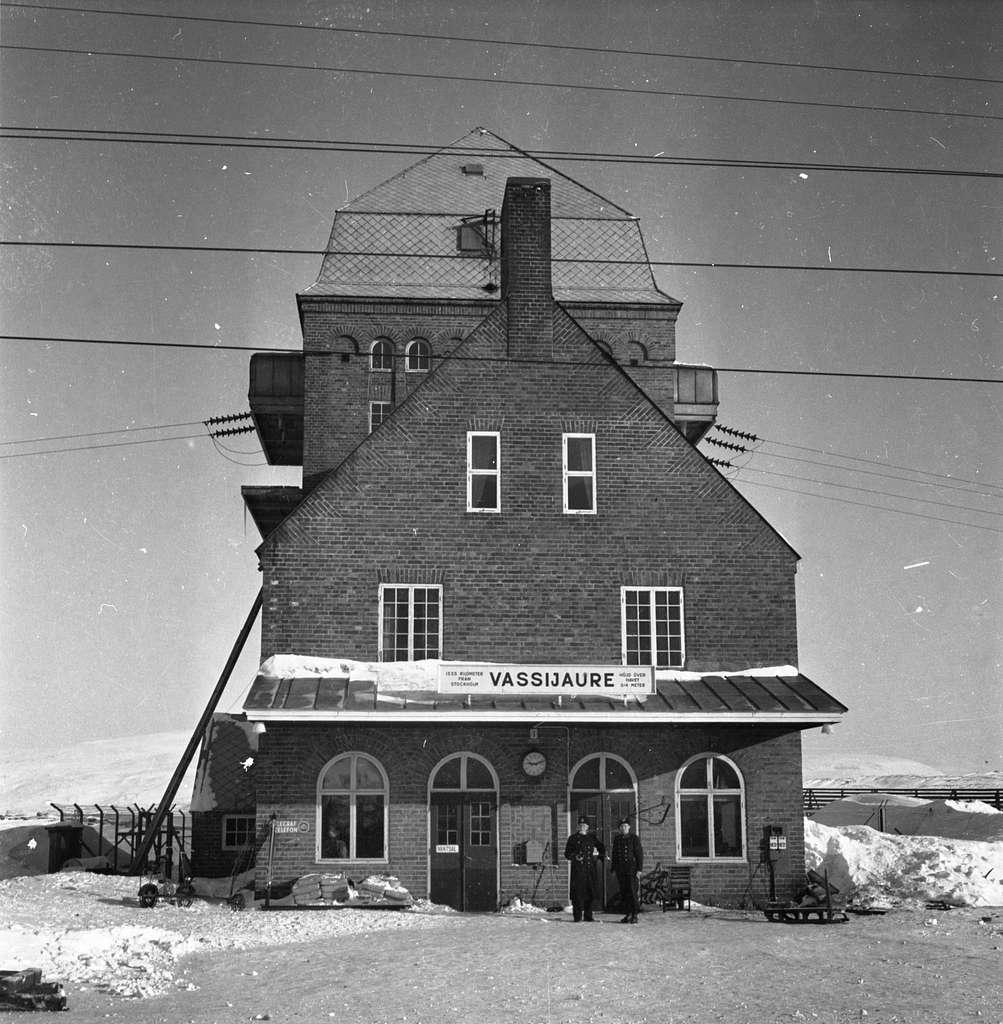 Station anlagd 1902. I samband med banans elektrifiering flyttades stationen till det nybyggda transformatorhuset 1913. Tegel byggnad.