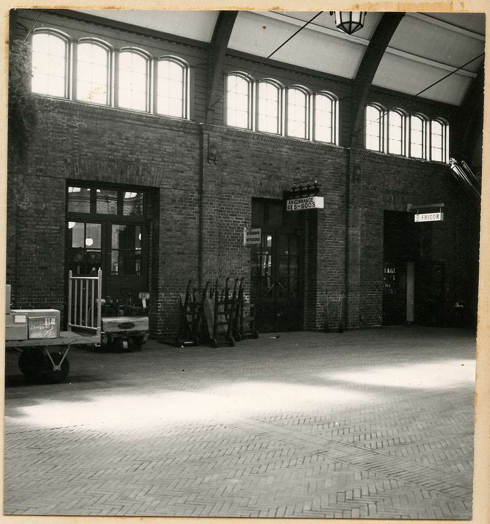 Ankommande resgods och frisör inne på Malmö Centralstation.