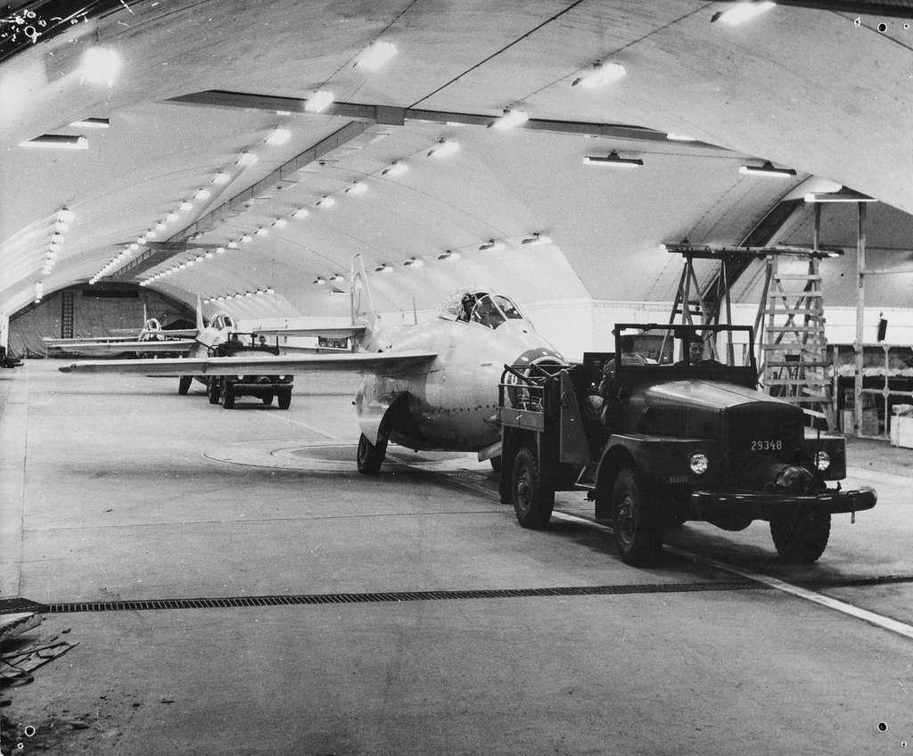 Tre stycken flygplan J 29 Tunnan bogseras in i berghangar på F 9 Säve.