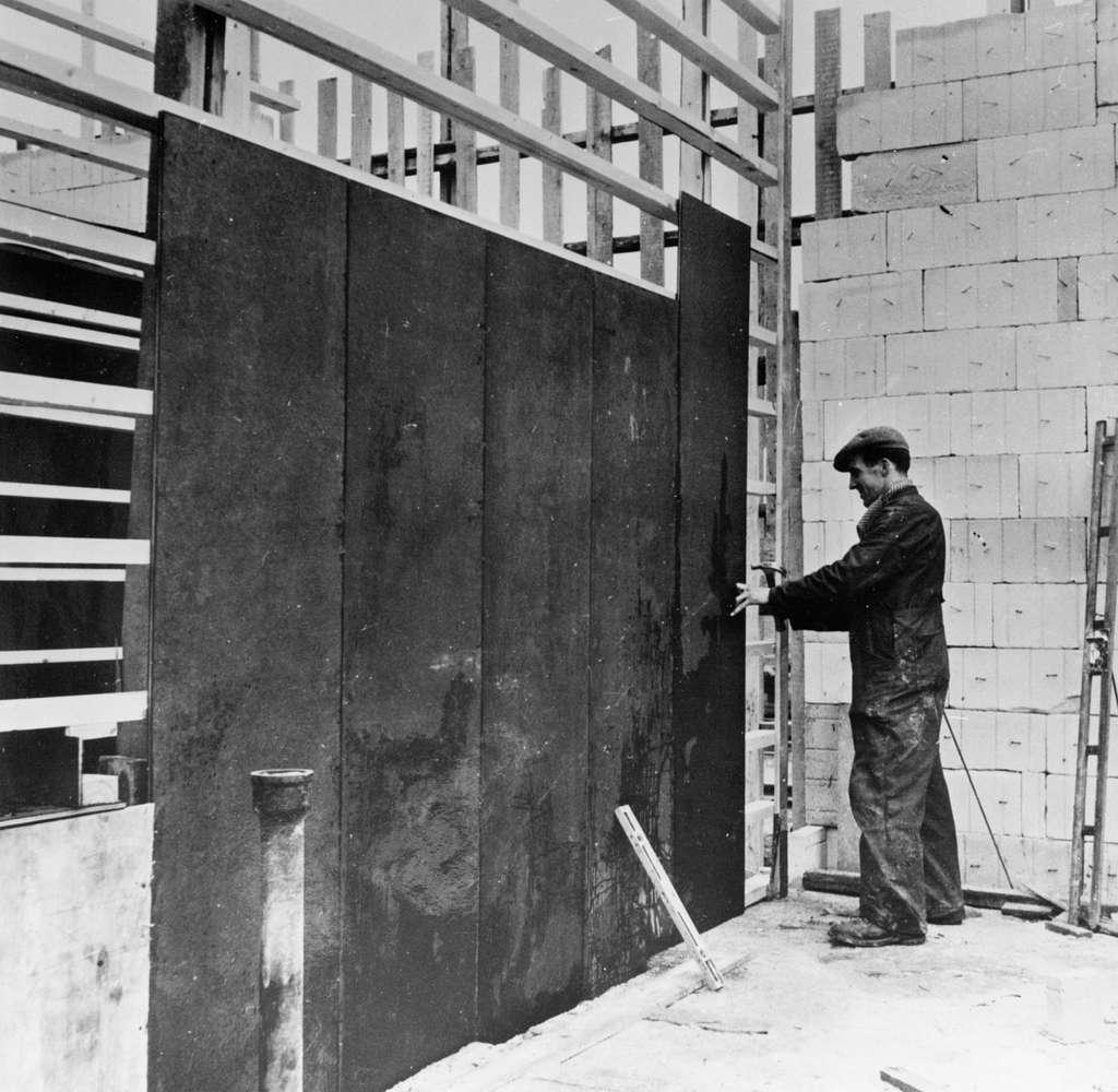 """Gjutningsarbeten vid Diös-bygget i kvarteret Blocket i Sandviken, oktober 1953. Vid gjutningsarbetet användes bl.a. """"Specialformluckan"""" tillverkad av plywood från fabriken i Ljusne."""