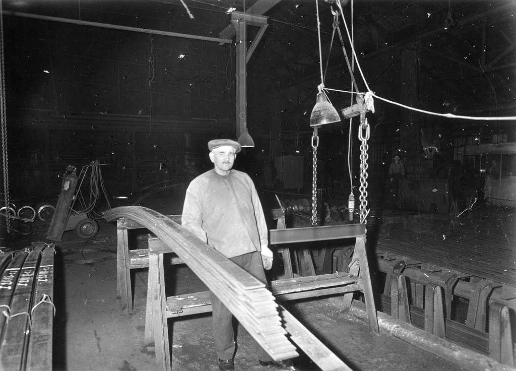 Karl Gustav Olsson i mediumverket, där han arbetade som synare. Foto den 4 december 1953.